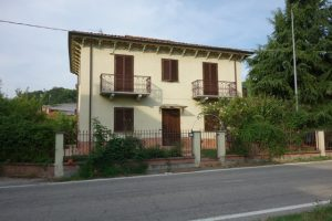 030 – Villa on sale in Santo Stefano Belbo